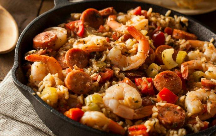 Prepara un delicioso empapelado de camarones con arroz y salchicha
