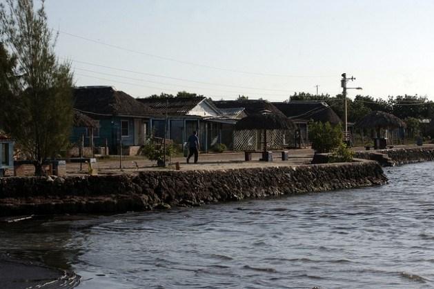 El pueblo cubano de Guanímar no quiere huir del mar  El viejo conflicto entre abandonarlo todo y resguardar la vida se reaviva con el nuevo ordenamiento territorial de Cuba.