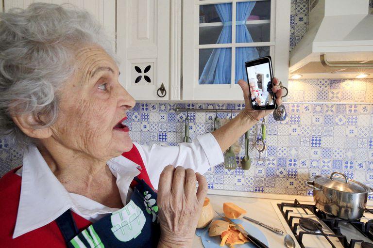 BRECHA DIGITAL Nativos e inmigrantes digitales: la brecha generacional se acentúa con la tecnología La forma en que los usuarios de distintas edades se aproximan a la era digital supone una nueva fuente de desigualdad. ¿Ley de vida o una tendencia reversible?
